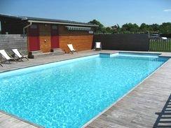 Une large piscine pour l'exercice ou le farniente.