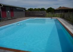 Des capteurs solaires pour une piscine plus écologique.