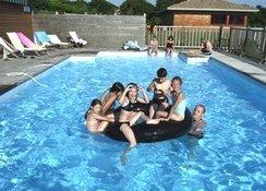 Toute la famille s'amuse dans la piscine