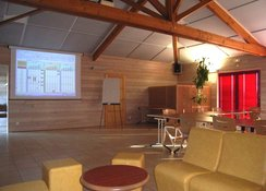 Salle de réunion claire et fonctionnelle.